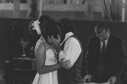 casamento-ao-ar-livre-economico-sem-grana-noivos-de-tenis-vestido-curto (10)