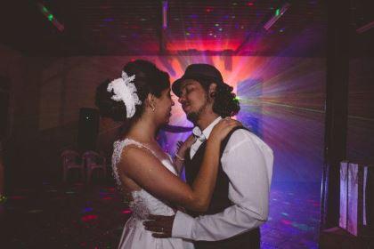 casamento-ao-ar-livre-economico-sem-grana-noivos-de-tenis-vestido-curto (16)