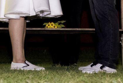 casamento-ao-ar-livre-economico-sem-grana-noivos-de-tenis-vestido-curto (8)