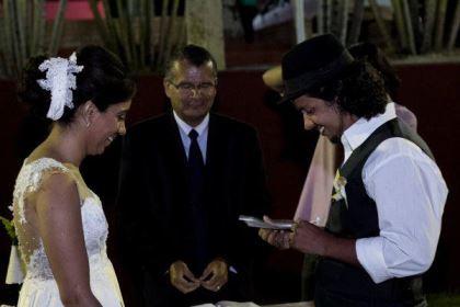 casamento-ao-ar-livre-economico-sem-grana-noivos-de-tenis-vestido-curto (9)