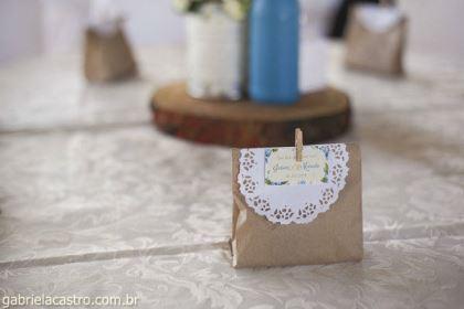 casamento-economico-de-dia-ao-ar-livre-chacara-noiva-com-coroa-de-flores-decoracao-faca-voce-mesmo-azul-e-amarelo- (13)