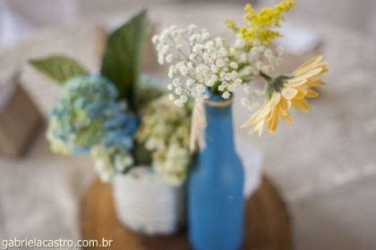 casamento-economico-de-dia-ao-ar-livre-chacara-noiva-com-coroa-de-flores-decoracao-faca-voce-mesmo-azul-e-amarelo- (14)