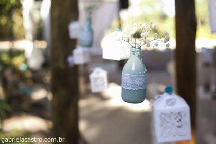casamento-economico-de-dia-ao-ar-livre-chacara-noiva-com-coroa-de-flores-decoracao-faca-voce-mesmo-azul-e-amarelo- (18)