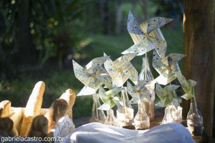 casamento-economico-de-dia-ao-ar-livre-chacara-noiva-com-coroa-de-flores-decoracao-faca-voce-mesmo-azul-e-amarelo- (20)