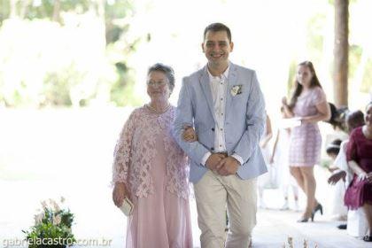 casamento-economico-de-dia-ao-ar-livre-chacara-noiva-com-coroa-de-flores-decoracao-faca-voce-mesmo-azul-e-amarelo- (26)