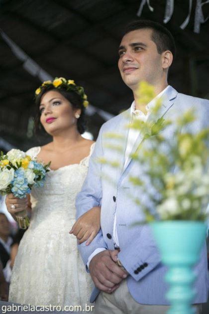 casamento-economico-de-dia-ao-ar-livre-chacara-noiva-com-coroa-de-flores-decoracao-faca-voce-mesmo-azul-e-amarelo- (30)