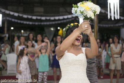 casamento-economico-de-dia-ao-ar-livre-chacara-noiva-com-coroa-de-flores-decoracao-faca-voce-mesmo-azul-e-amarelo- (42)