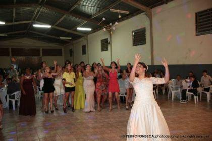 casamento-economico-minas-gerais-350-pessoas-12-mil-reais-decoraca-faca-voce-mesmo-buque-de-feltro-noiva-de-all-star (26)