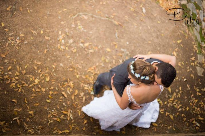 Noivos se abraçando