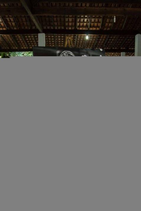 Cavalete com um quadrp com uma foto preta e branca dos noivos