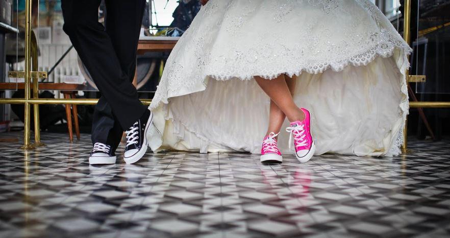 casar sem gastar muito casal casamento alternativo all star