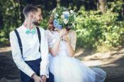 casar sem gastar muito noivos casamento simples buquê campo