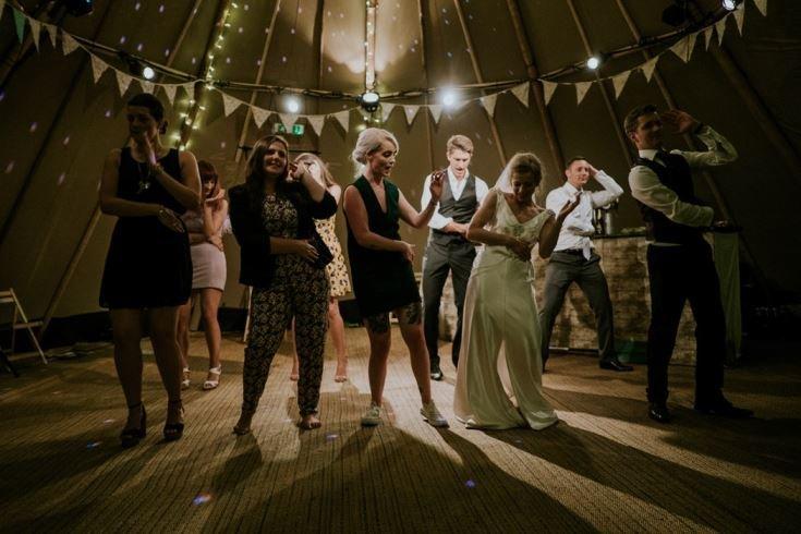 casar sem gastar muito dança noivos festa convidados